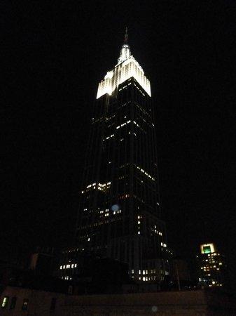 Hotel Metro: Vue depuis la terrasse sur l'ESB la nuit