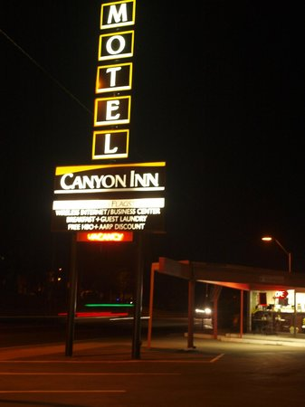 Canyon Inn Flagstaff: Canyon Inn at night