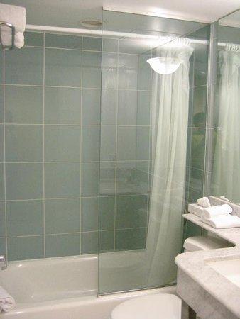 La Flora: bathroom