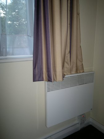 Premier Inn Luton South (M1, J9) Hotel: Surprissing to see curtains over the heater