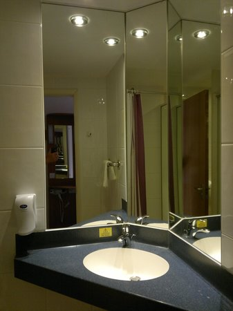Premier Inn Luton South (M1, J9) Hotel: ANother bathroom without power to plug in an electric shaver