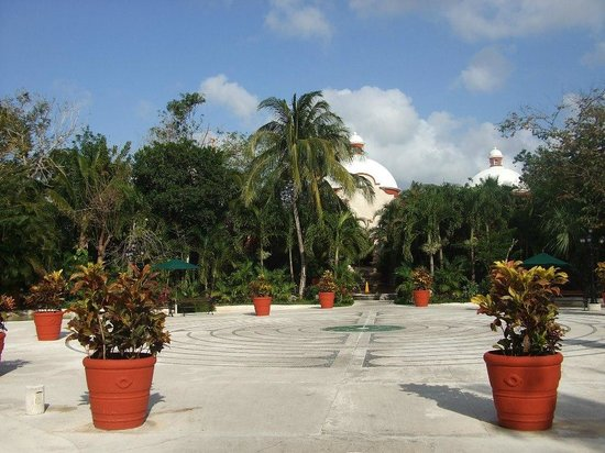 Occidental Cozumel: Central plaza where evening entertainment is held