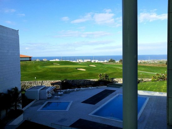 Aldeia dos Capuchos Golf & Spa: View from the room to the golf course and ocean