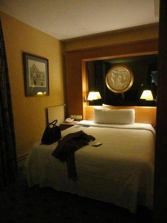 TRYP Paris Opera Hotel: Cama y mesitas de noche