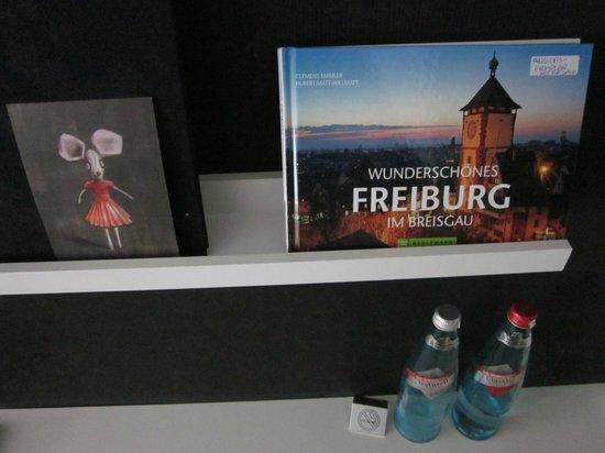 Hotel Kreuzblume: Dos botellas de agua cada día, detalle de la Dirección del Hotel + Documentación sobre Freiburg