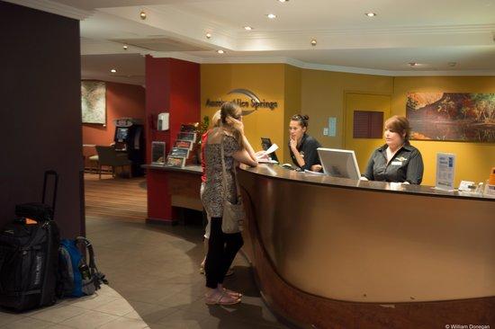 โรงแรมออโรร่าอลิซ สปริงส์: friendly staff in lobby