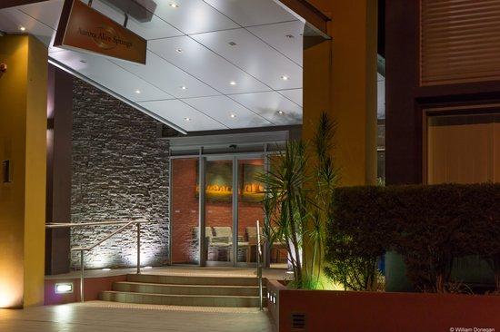 Aurora Alice Springs: entrance at night