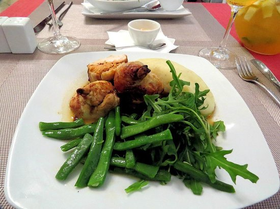 Uniko: Chick with garlic sauce and chili mousse, with green beans and mash potatoes.