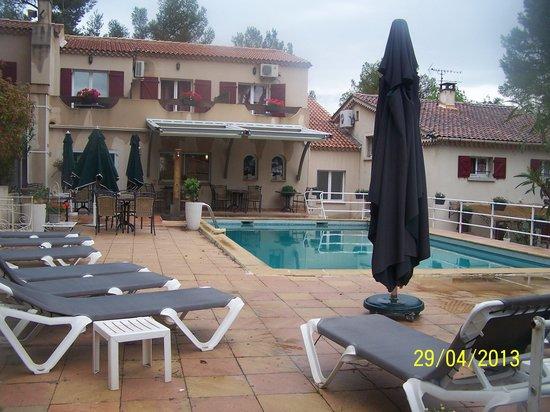 Hôtel Restaurant Le Mas des Ecureuils : Vu sur la piscine et l'hôtel