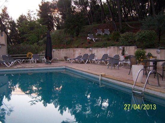Hôtel Restaurant Le Mas des Ecureuils : La piscine
