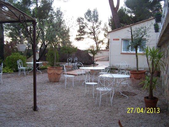 Hôtel Restaurant Le Mas des Ecureuils : La terrasse devant l'accueil