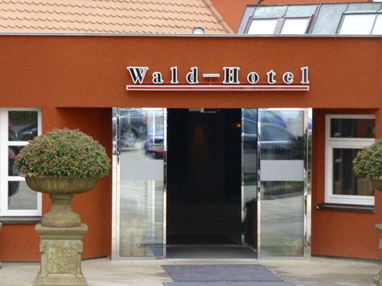 Waldhotel Stuttgart: Hotel entrance