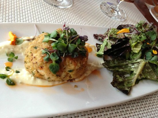 Harbourside Bar & Grill: Crab cake appetizer was fresh