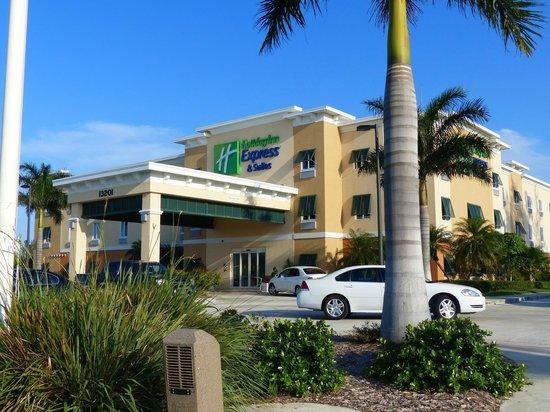 The Holiday Inn Express & Suites Marathon: L'entrée de lhôtel façade sur rue