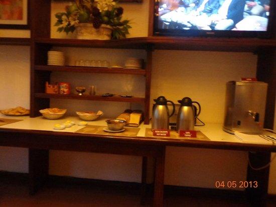 Hotel Eldorado: Otra vista de lo disponible para el desayuno.