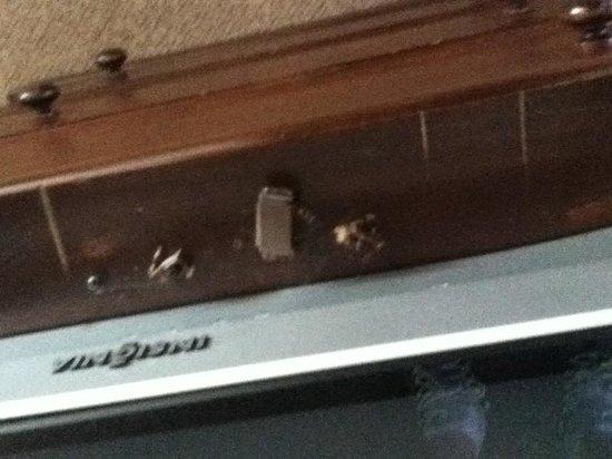 Tollgate Hill Inn and Restaurant: Broken TV cabinet