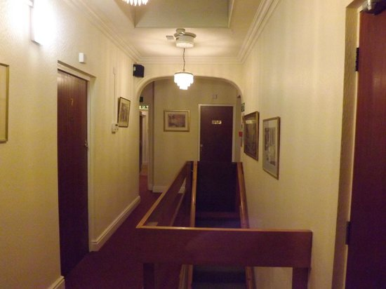 Shelford Lodge : Hallway outside of our room