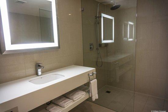Novotel Sydney Rooty Hill: huge bathroom