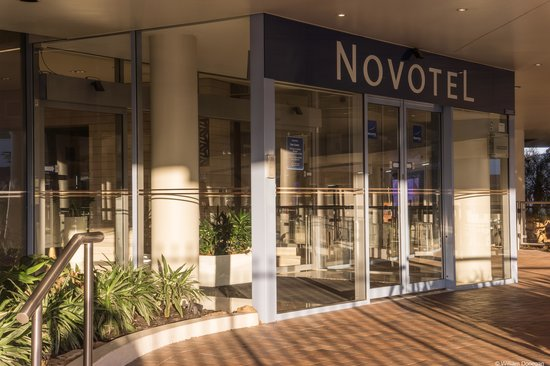 Novotel Sydney Rooty Hill: entrance to lobby