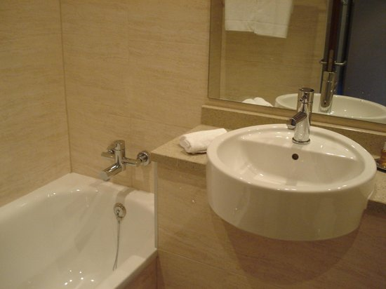 The Savoy Hotel: Tub