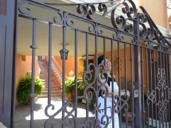 Las 7 Maravillas: Tatiana opening the main gate in her Chef's outfit