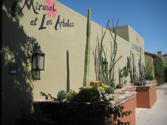 Los Arboles Hotel: Front of Hotel and Reastaurant