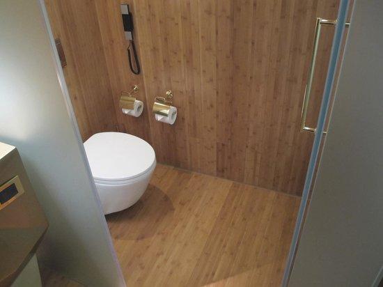New Hotel: Toilet