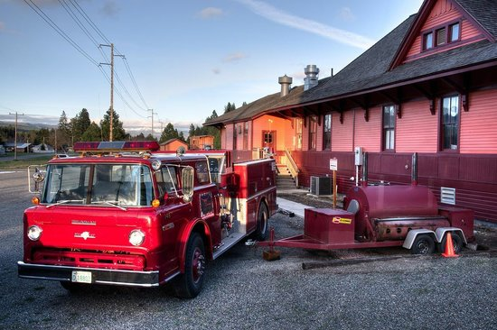 Smokey's Bar-B-Que: Cool, they have a firetruck too