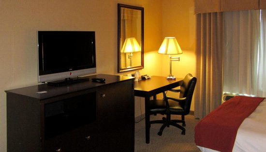 Holiday Inn Express Hotel & Suites Hollywood Hotel Walk of Fame: TV and desk