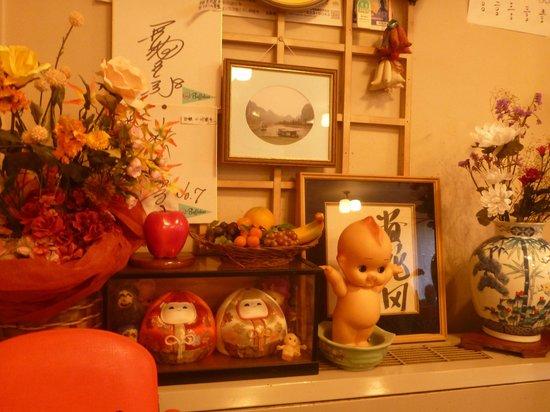 Yoneya Inn: 食堂の昭和の飾り物