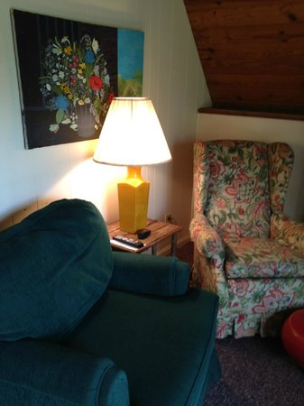 Alpen Acres Motel: Cozy up with a good book in our Mountain Chalet