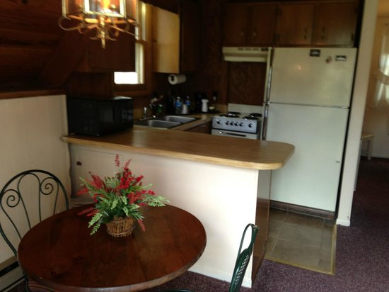 Alpen Acres Motel: Mountain Chalet--full kitchen and dining area