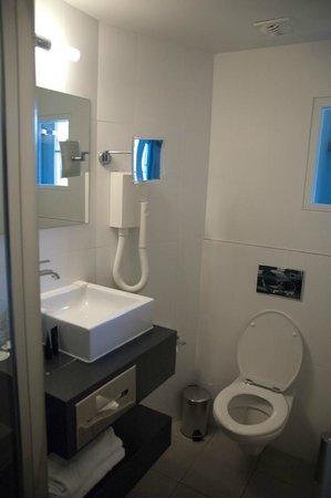 Hotel Le Bailli de Suffren: Banheiro muito pequeno, mas moderno