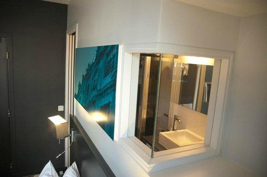 Hotel Le Bailli de Suffren : Janela interna para iluminação no banheiro