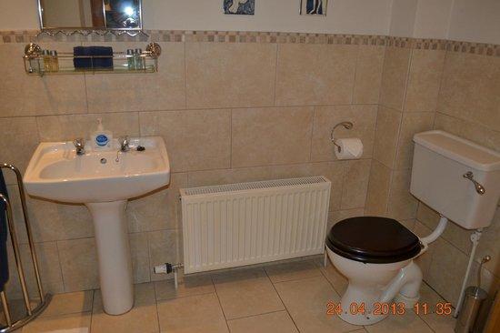 Caledonian House: Bathroom