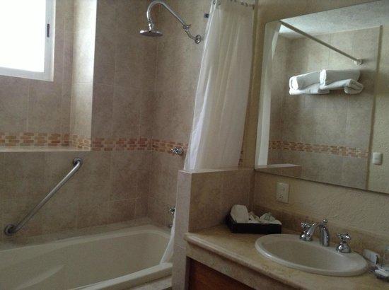 "Hotel Boutique La Granja: Bathroom ""mezquite room"""