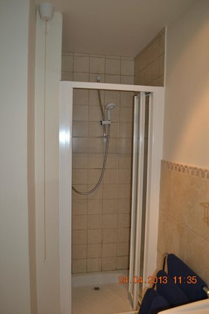 Caledonian House : Tiny Shower
