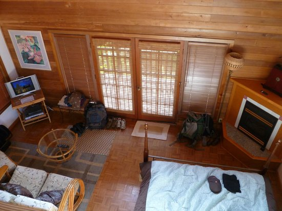 Lotus Garden Cottages: Inside Aloha Moon cottage from loft above bathroom