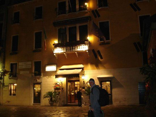 Hotel Ala - Historical Places of Italy: Hotel à noite