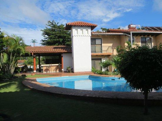 La Quinta Hotel: Pool area with veranda