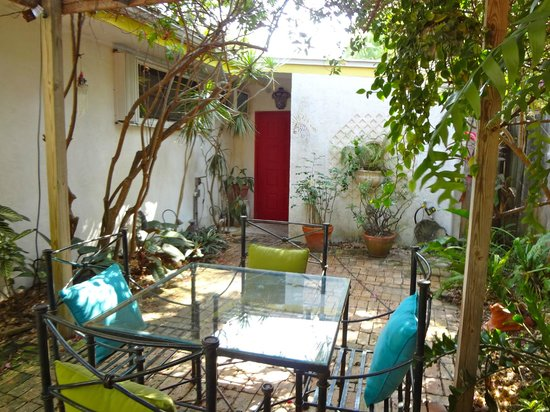 Casa Thorn Bed & Breakfast: Private front patio / entrance to secret Garden Room