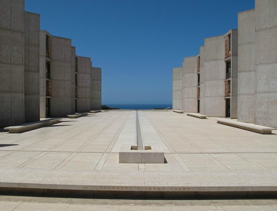 Salk Institute : The infinity fountain draws you to the ocean