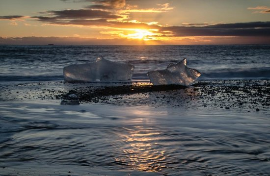 Hali Country Hotel: Iceberg on Jokulsarlon beach