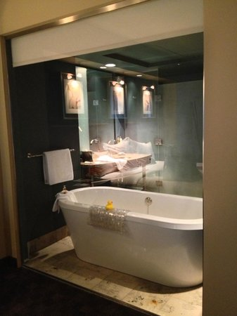 Loews Hotel 1000, Seattle : view of bath from bedroom through glass wall