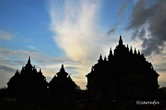 Temple de Prambanan : Sun set at Plaosan Temple