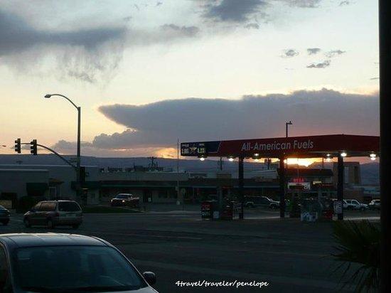Rodeway Inn Page: 窓から見える風景。ガソリンスタンドの屋根越しに見る夕陽