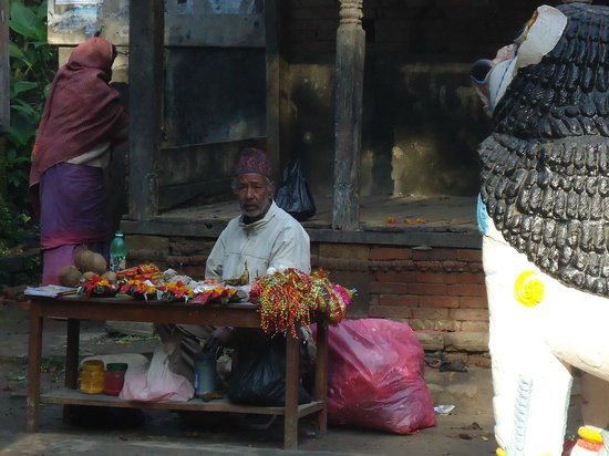 Chapagaon, Indien: Mobile shopkeeper in temple premise
