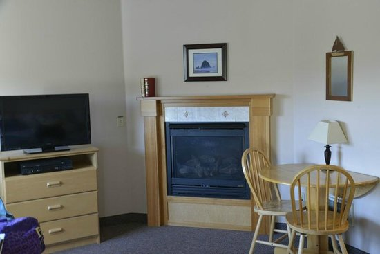 Sea Breeze Court : Fireplace and dining