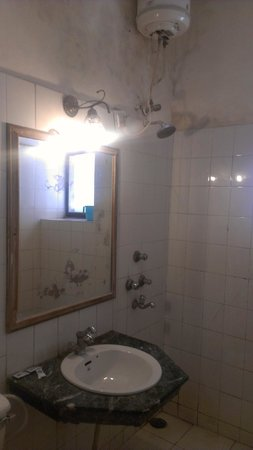 Grand Hotel: Schimmel überall, Wasser eher spärlich, Spiegel blind