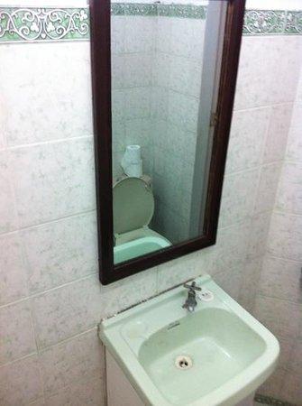 Boracay Kite Resort Apartments: bathroom